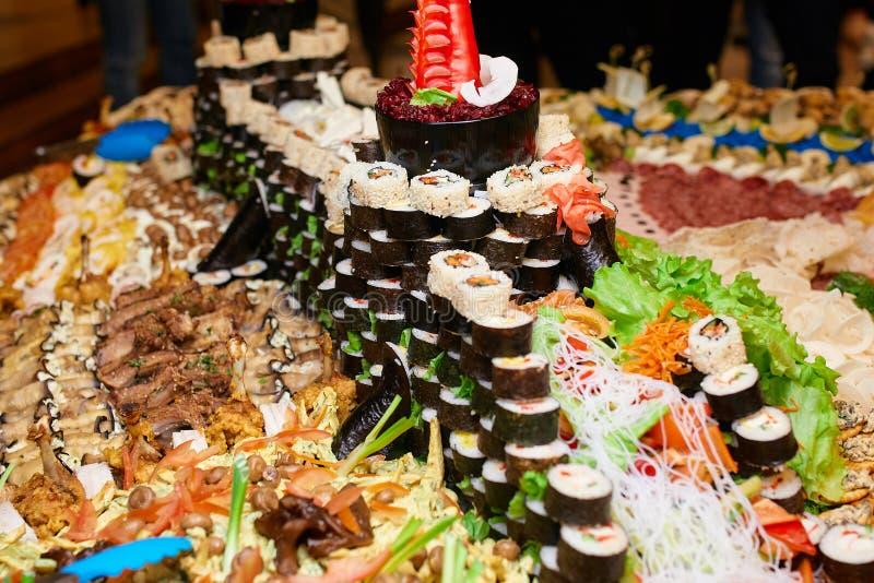 Molti sushi su una tavola fotografie stock libere da diritti