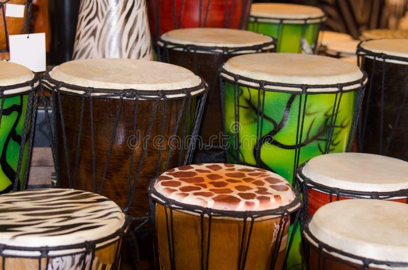 Molti tamburi di bonghi variopinti fotografia stock libera da diritti