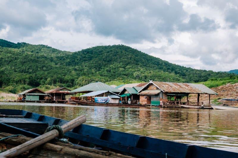 Molti trasportano sulla diga in Tailandia fotografie stock libere da diritti