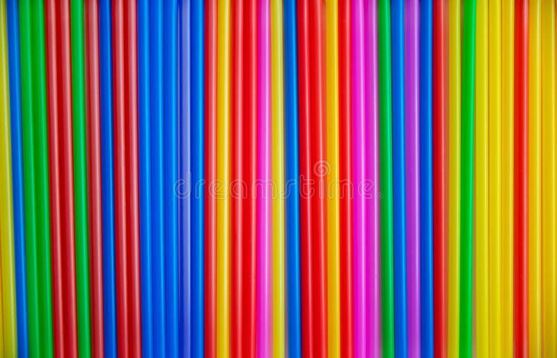 Molti tubi multicolori per una copia del cocktail Materia plastica, tubatura di plastica per liquido bevente Fondo immagine stock