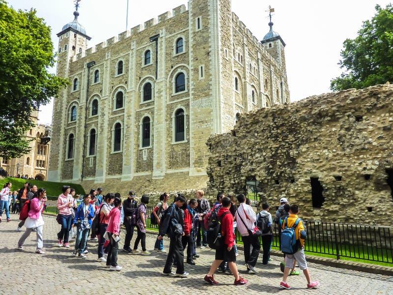 Molti turisti che visitano torre di Londra bianca antica fotografie stock