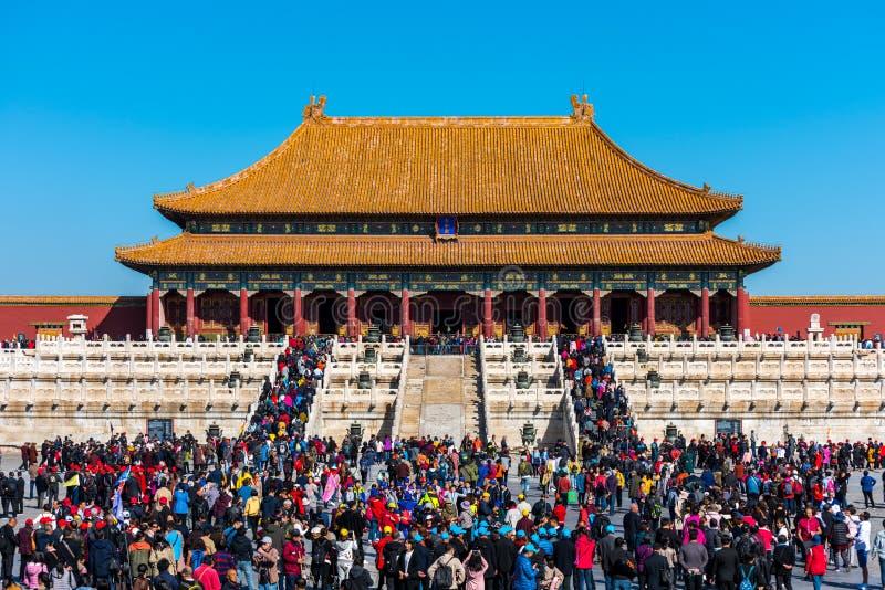 Molti turisti entrano nel palazzo di Taihe, Hall of Supreme Harmony of the Forbidden City, i principali edifici del palazzo reale fotografie stock