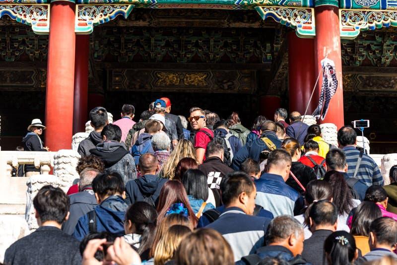 Molti turisti entrano nel palazzo di Taihe, Hall of Supreme Harmony of the Forbidden City, i principali edifici dell'ex reale immagine stock