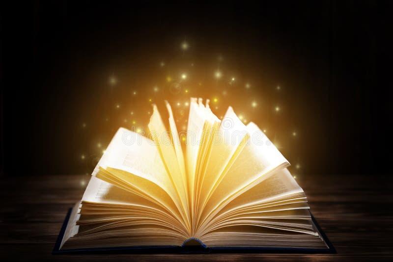 Molti vecchi libri su fondo di legno La fonte di informazione Libro aperto dell'interno Biblioteca domestica La conoscenza è pote fotografia stock libera da diritti