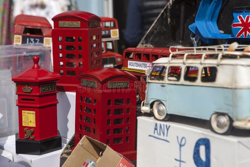 Molti vecchi veicoli raccoglibili del giocattolo nei colori luminosi su esposizione in un negozio di finestra Servizio della stra immagini stock libere da diritti