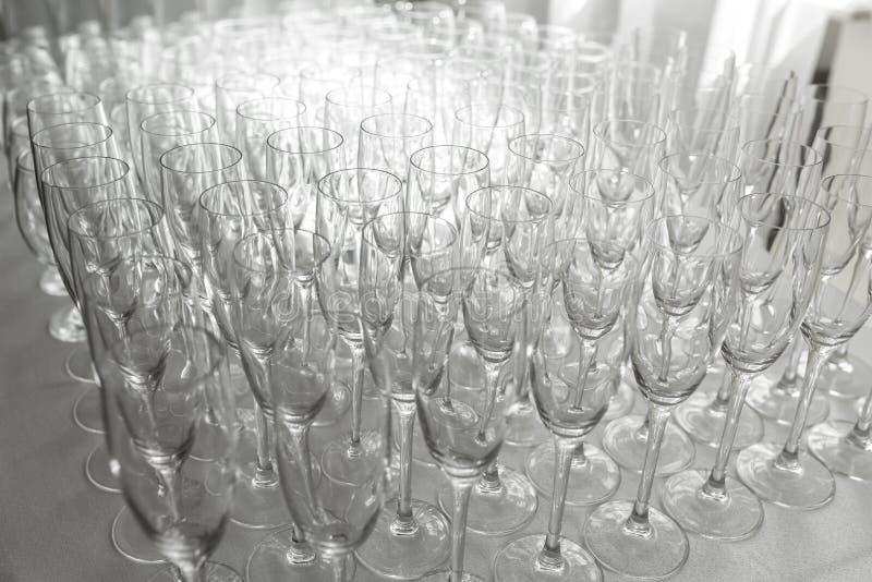 Molti vetri puliti vuoti per gli ospiti alla tavola festiva di nozze del buffet fotografia stock
