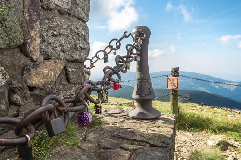 Molto amore padlocks sulla catena - concetto romantico di amore fotografie stock libere da diritti