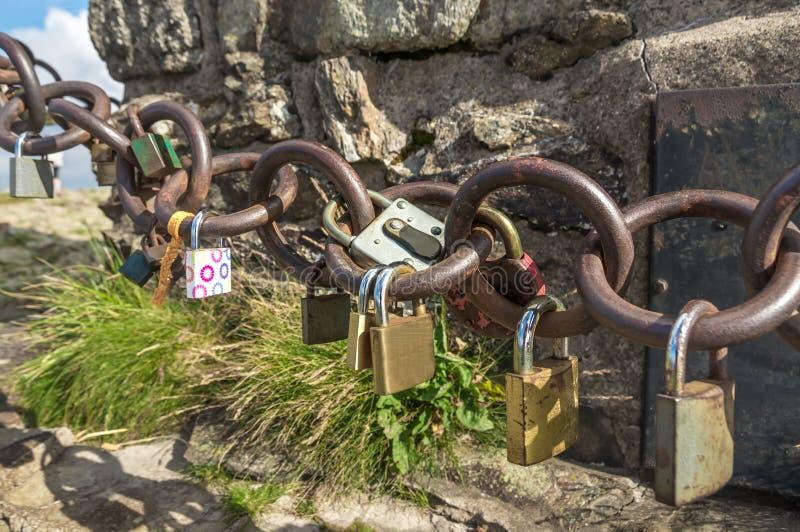 Molto amore padlocks sulla catena - concetto romantico di amore immagini stock libere da diritti