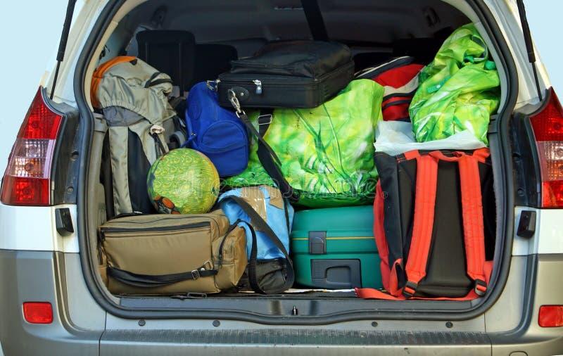 Molto automobile con il circuito di collegamento pieno di bagagli immagini stock