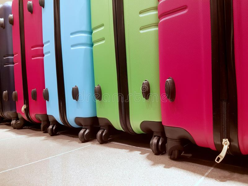 Molto bagagli nell'aeroporto nell'area di arrivi immagini stock