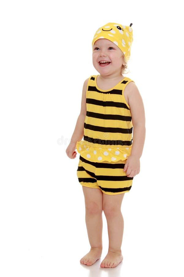 Molto bambina in una maglietta a strisce e negli shorts fotografia stock libera da diritti