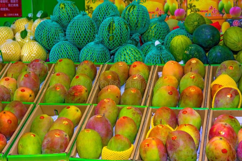 Molto bella bugia del mango su un contatore della vetrina in pieno del mango verde e maturo fotografie stock