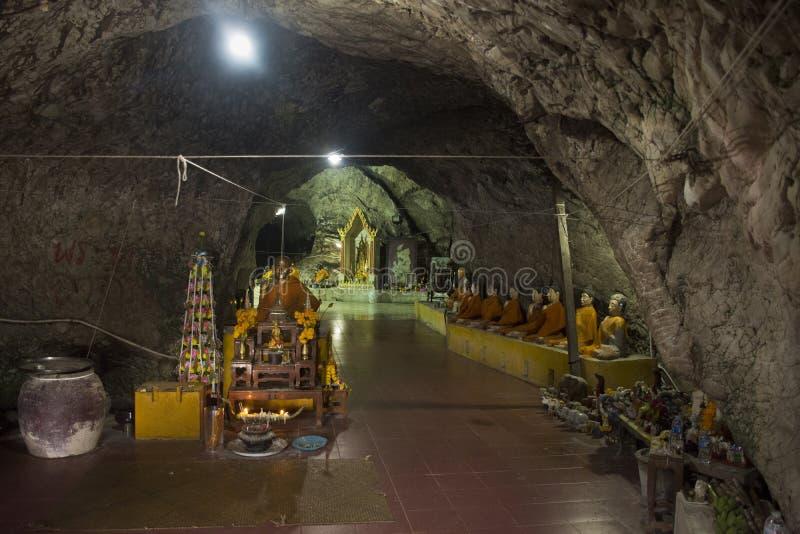Molto Buddha e dio ed angelo e statua dell'eremita in caverna a Wat Khao Orr fotografie stock libere da diritti
