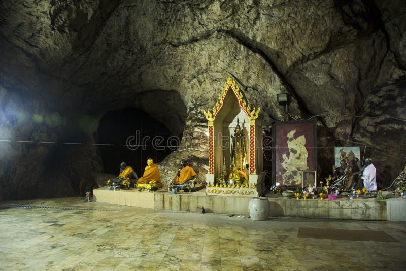 Molto Buddha e dio ed angelo e statua dell'eremita in caverna a Wat Khao Orr fotografia stock libera da diritti