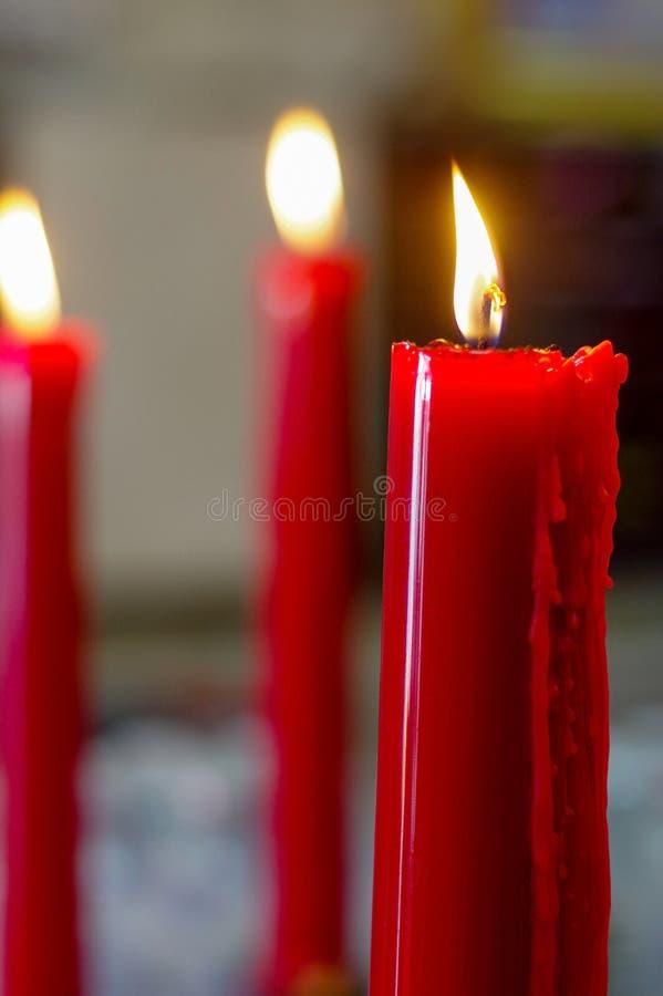 Molto combustione rossa, candele lunghe in tempio di budist fotografia stock libera da diritti