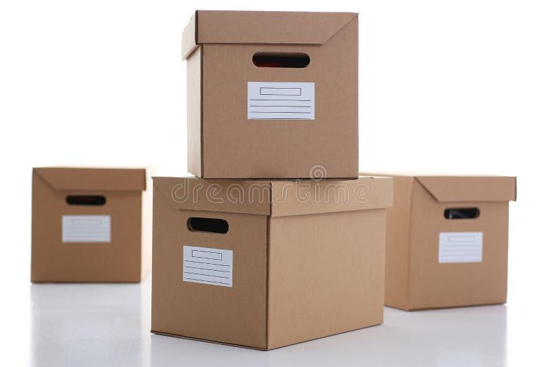Molto contenitore di cartone di colore di Kraft isolato su fondo bianco fotografie stock libere da diritti