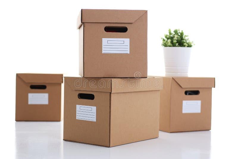 Molto contenitore di cartone di colore di Kraft isolato su fondo bianco fotografia stock libera da diritti