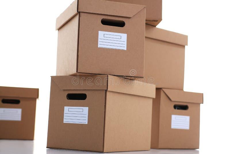 Molto contenitore di cartone di colore di Kraft isolato su fondo bianco fotografie stock