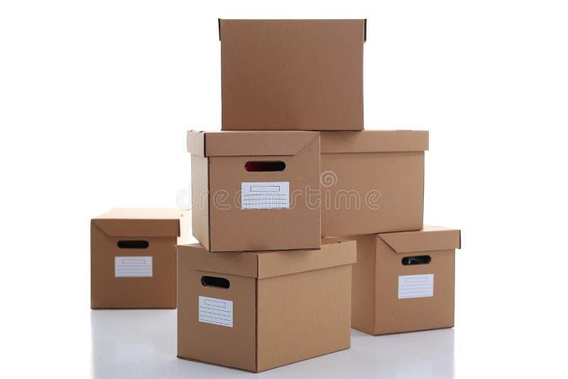 Molto contenitore di cartone di colore di Kraft isolato su fondo bianco immagini stock libere da diritti