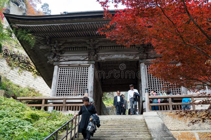 Molto il turista viene a Yamadera tramite il portone di NIO-lunedì nella stagione di autunno fotografia stock libera da diritti