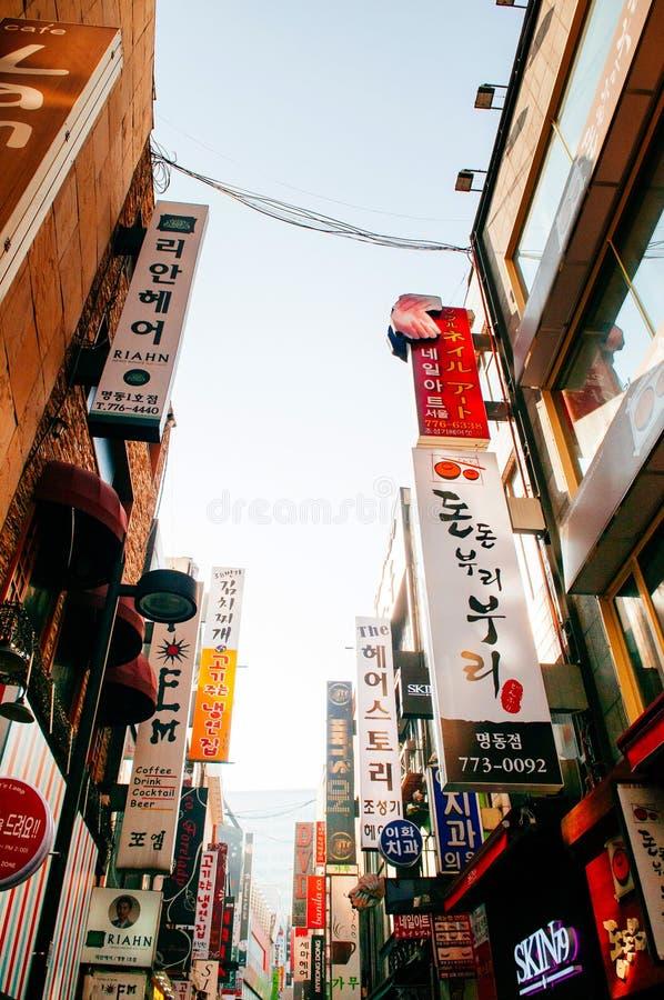 Molto negozio al neon firma dentro la zona commerciale di Myeongdong, Seoul, Sou immagine stock