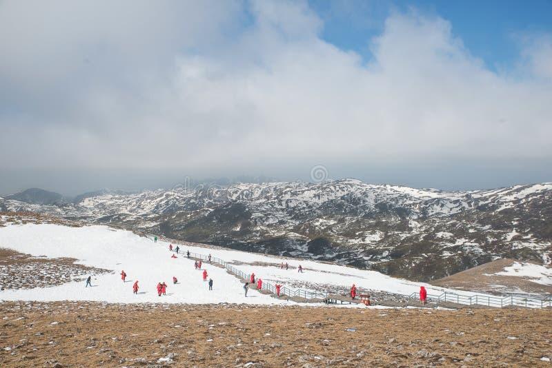 Molto neve di gioco turistica in valle della luna blu in Shangri- fotografia stock libera da diritti