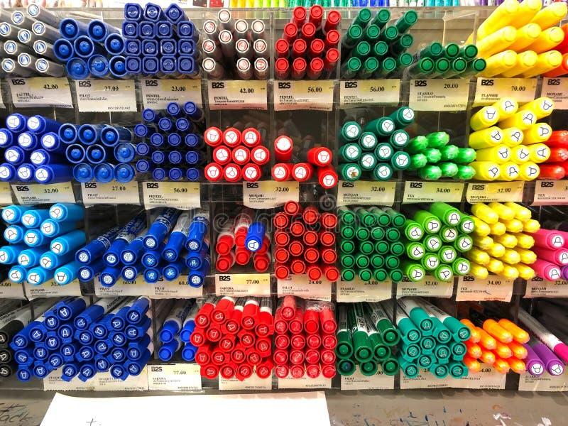 Molto tipo di penne sullo scaffale da vendere nel deposito di B2S immagini stock