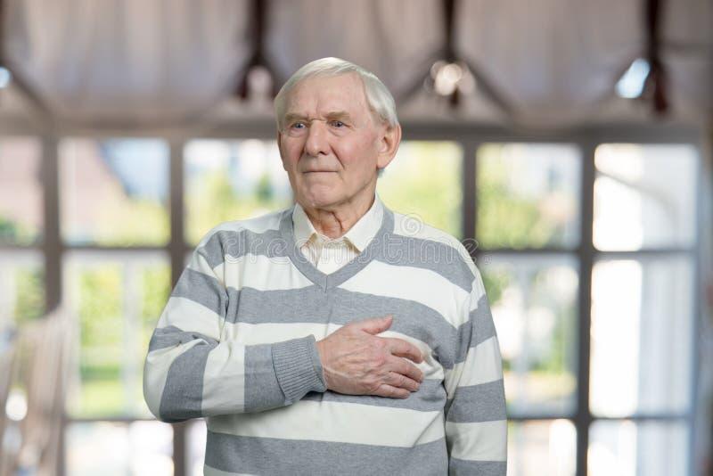 Molto uomo anziano con attacco di cuore improvviso immagine stock