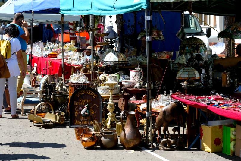 Molto vecchia roba durante il mercato delle pulci è veduta fotografia stock libera da diritti