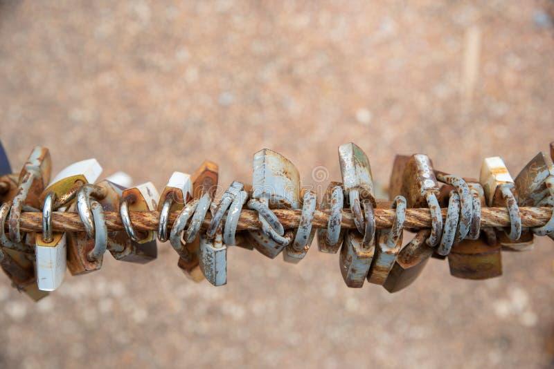 Molto vecchia serratura a chiave della ruggine con il recinto del ferro della ruggine fotografie stock libere da diritti
