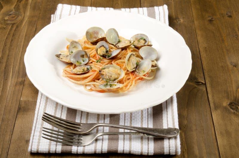 Moluscos com molho dos espaguetes e de tomate imagem de stock