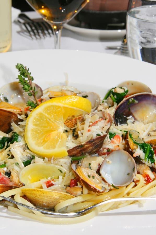 Moluscos e jantar do linguine do caranguejo de rei imagens de stock royalty free