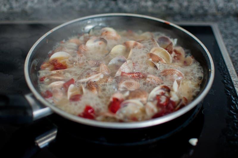 Moluscos que cozinham para o vongole dos espaguetes fotos de stock royalty free