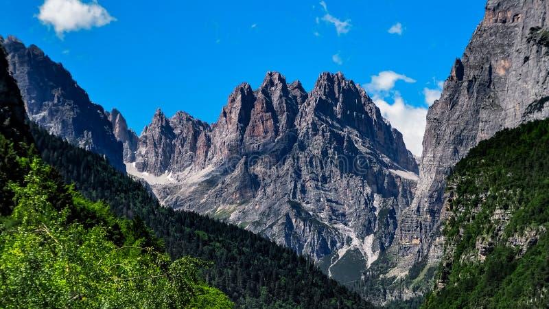 Molveno del dolomiti de la montaña imagen de archivo