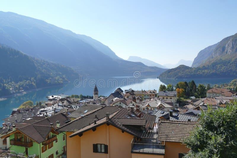 Molveno i Molveno jeziora panorama obrazy royalty free