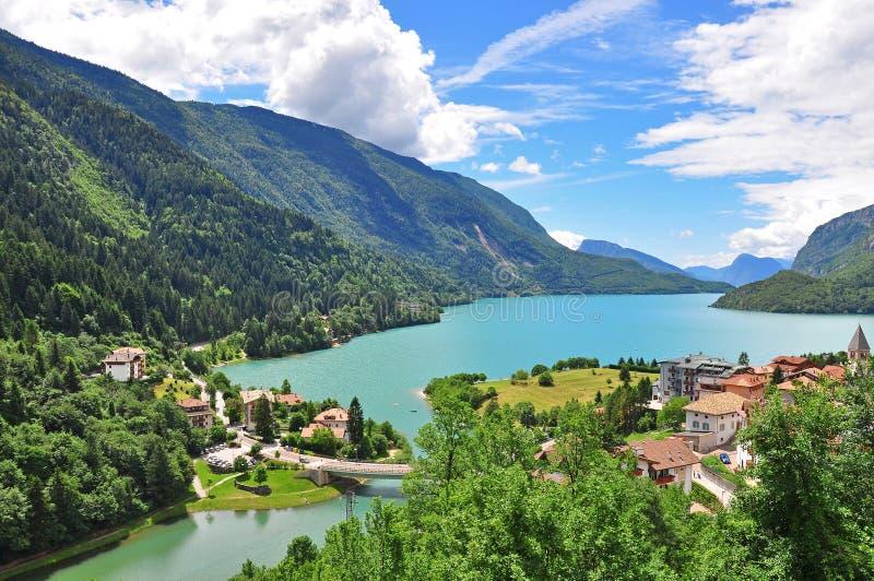 Molveno jezioro w włoskich Alps obraz royalty free