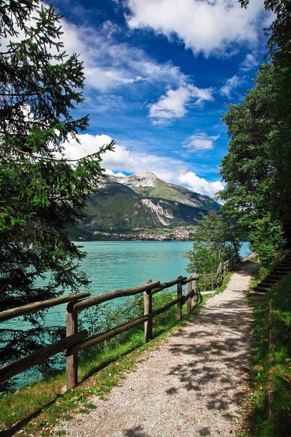 Molveno lake fotografering för bildbyråer
