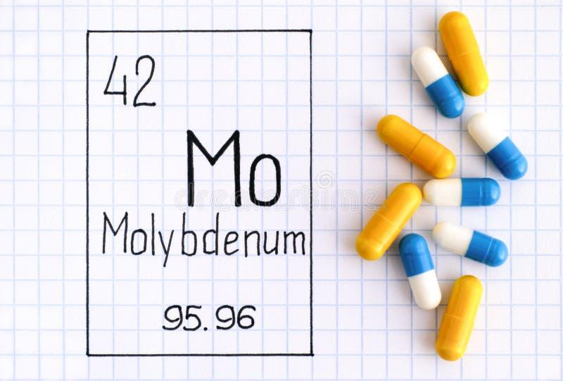 Molybdène MOIS d'élément chimique d'écriture avec quelques pilules photographie stock