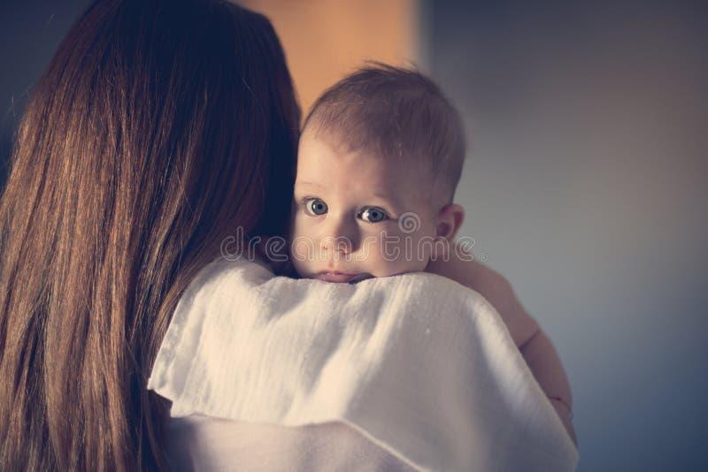 Mom's-Arme, der sicherste Platz auf Erde lizenzfreies stockfoto