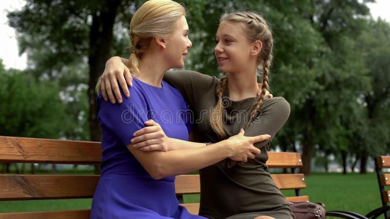 Mom που μοιράζεται τα θηλυκά μυστικά της με την κόρη, ειλικρινή αγκαλιάσματα, κατανόηση στοκ φωτογραφίες με δικαίωμα ελεύθερης χρήσης