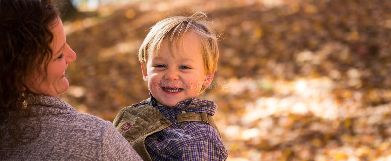 Mom και αγόρι το φθινόπωρο στοκ φωτογραφίες με δικαίωμα ελεύθερης χρήσης
