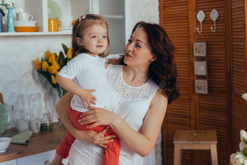 Mom και κόρη στην κουζίνα στοκ φωτογραφίες
