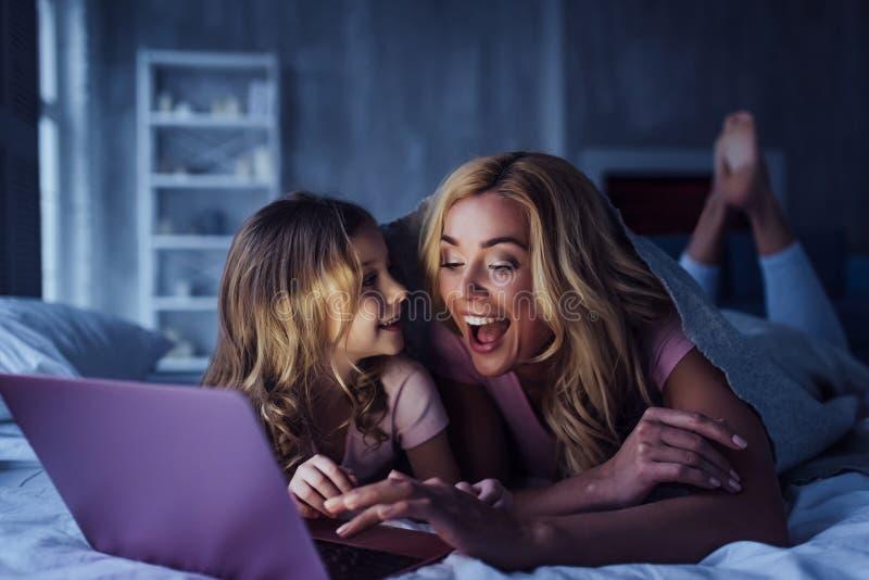 Mom και κόρη στο σπίτι στοκ φωτογραφίες