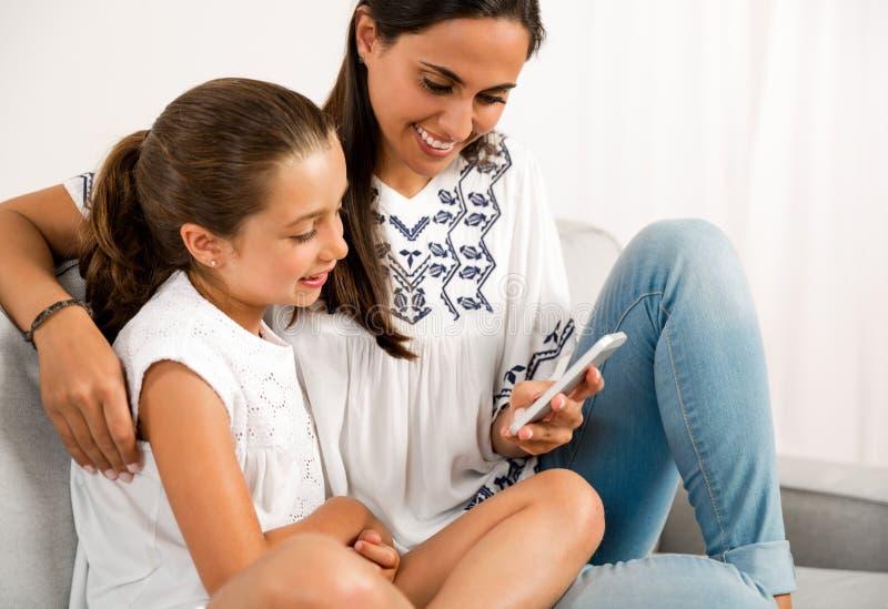 Mom και κόρη στο σπίτι στοκ εικόνες