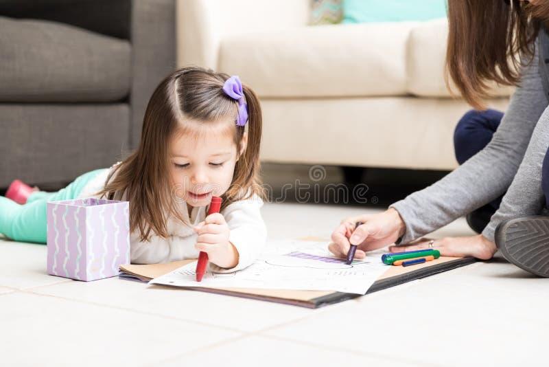 Mom και παιδί που επισύρουν την προσοχή σε χαρτί στοκ φωτογραφία