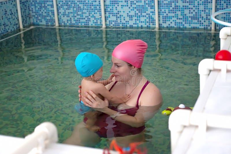Mom με ένα μικρό μωρό σε μια ειδική λίμνη των παιδιών στο ιατρικό κέντρο στοκ εικόνες