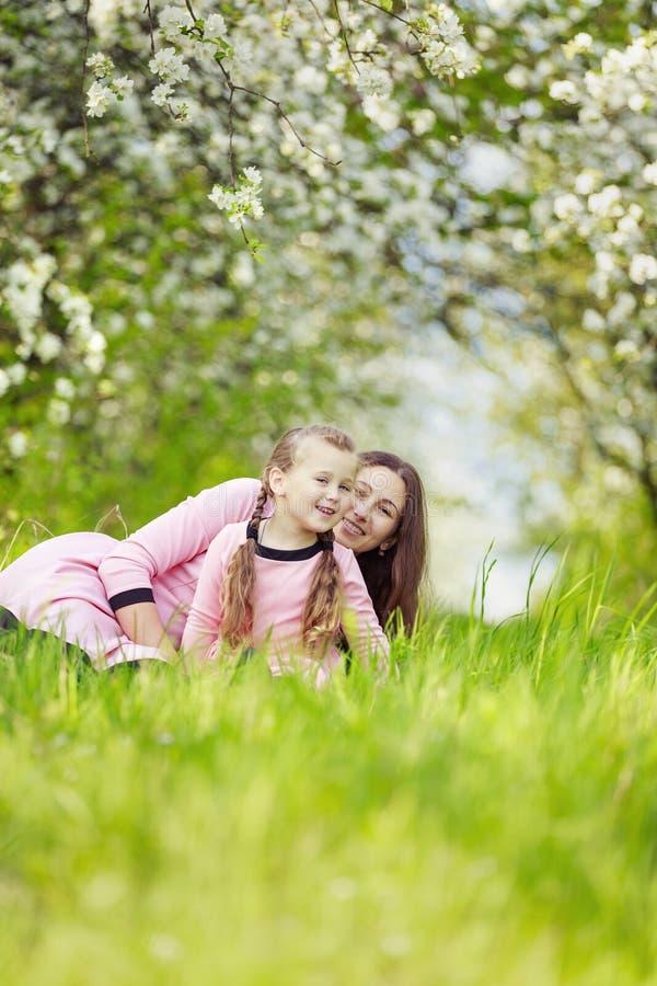 Mom με τον κήπο μωρών στοκ φωτογραφία με δικαίωμα ελεύθερης χρήσης