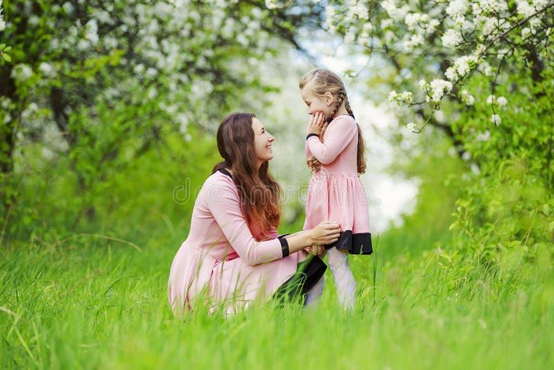 Mom με τον κήπο μωρών στοκ εικόνα