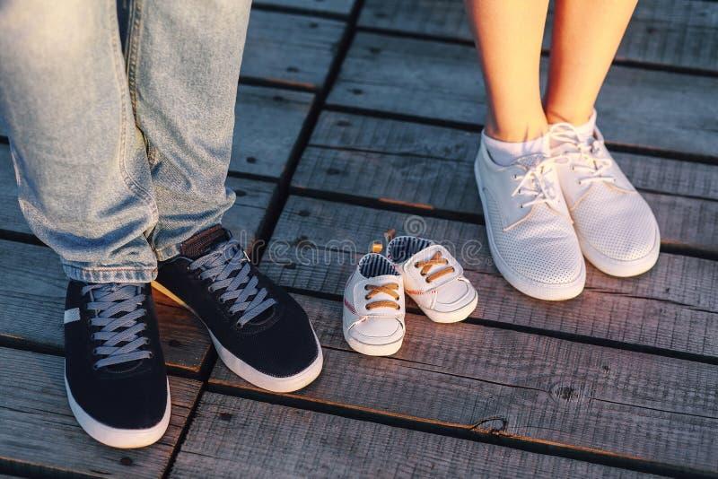 Mom, μπαμπάς και τα μελλοντικά παπούτσια μωρών στοκ εικόνες