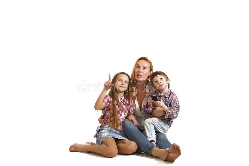 Mom, παιδιά, οικογένεια, ευτυχής, χαμόγελο, άσπρο υπόβαθρο, ευτυχία στοκ φωτογραφία